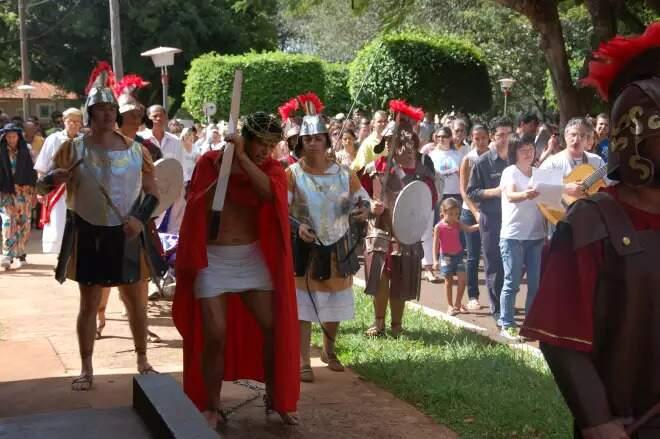 Apresentação da peça Via-Sacra, no qual Cristo carrega a cruz e representa a trajetória dos doentes. (Foto: Fernando da Mata)