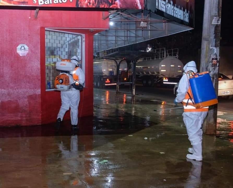 Agentes usando bombas costais para desinfectar as calçadas. (Foto: Reprodução/Facebook)