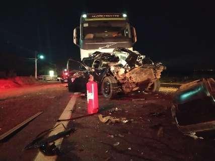 Impressionante: mesmo 'prensado' entre caminhões, motorista sobrevive a acidente