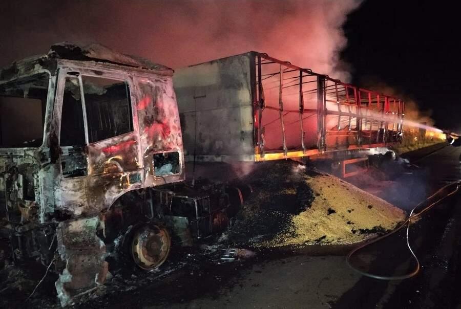 Carreta ficou completamente destruída após incêndio na rodovia. (Foto: Divulgação/Corpo de Bombeiros)