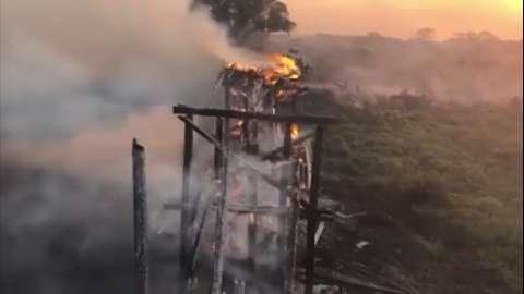 Acesso é construído para manter tráfego na MS-228, onde fogo destruiu ponte