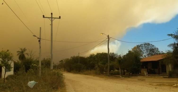 Céu é tomado pela fumaça em Puerto Suárez (Foto: Karlos Peña)