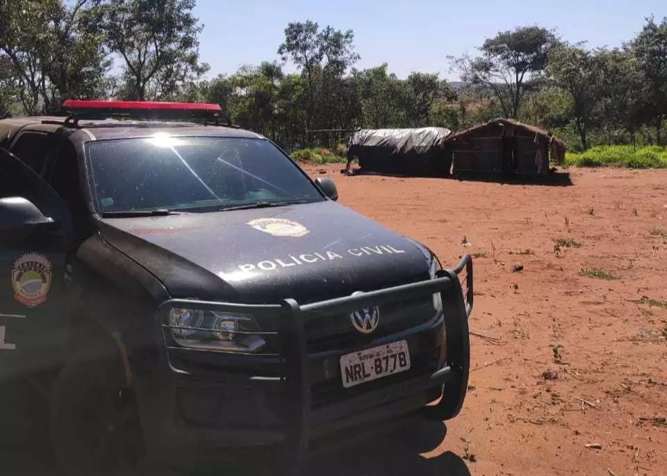 Viatura no assentamento onde foram feitas as buscas. (Foto: Polícia Civil)