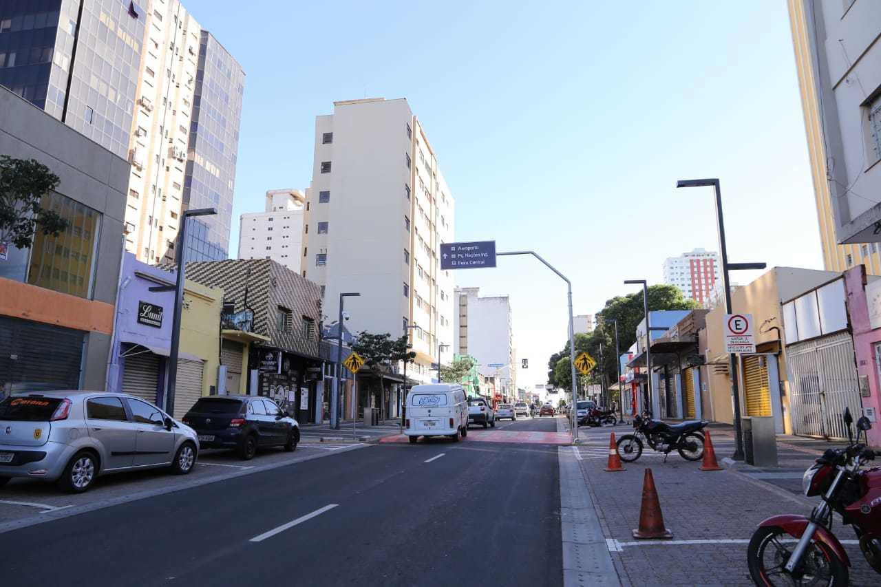 Rua 14 de Julho sem postes com fiação de energia e telefonia após as obras de revitalização (Foto: Kísie Ainoã)