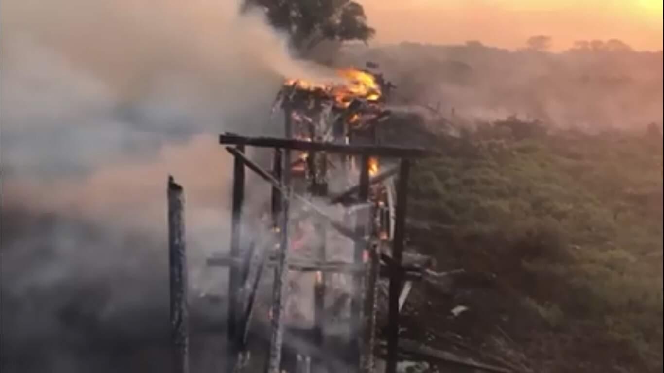 """Ponte foi """"derrubada"""" pelo fogo. (Foto: Reprodução vídeo)"""