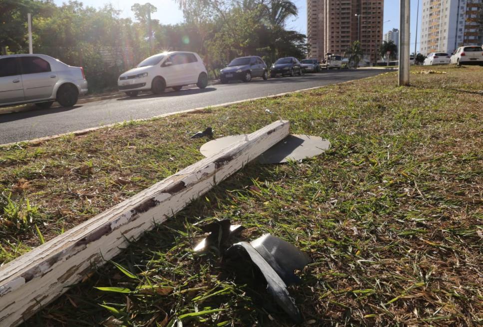 Placa atingida pelo motociclista que havia acabado de sair da casa da namorada e seguia para a casa (Foto: Kisie Aionã)