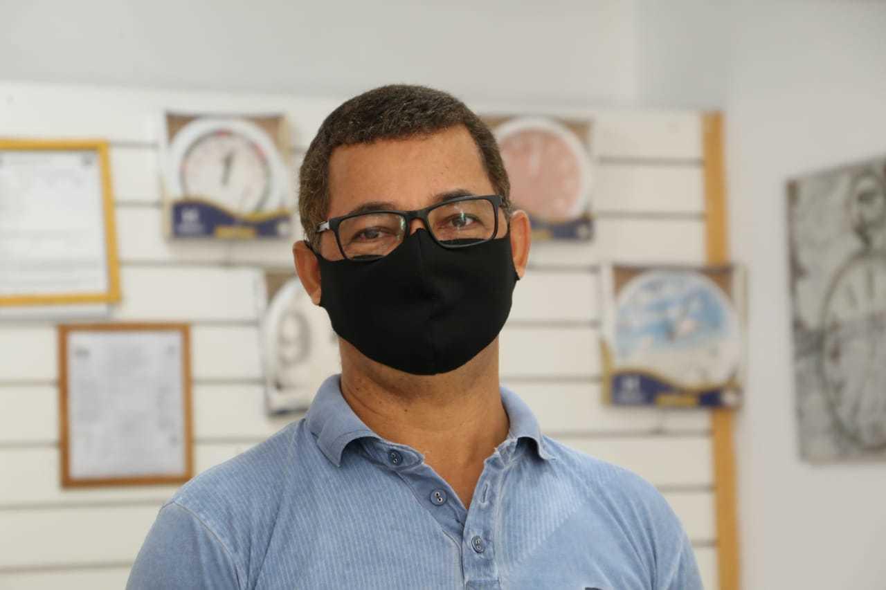 "Comerciante Walter Izídio de Souza se diz ""aliviado"" após embutimento de fios na Rua 14 de Julho (Foto: Kísie Ainoã)"