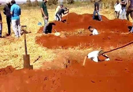 """Em menos de 24h, indígenas sepultam três vítimas de covid-19 em """"covas rasas"""""""