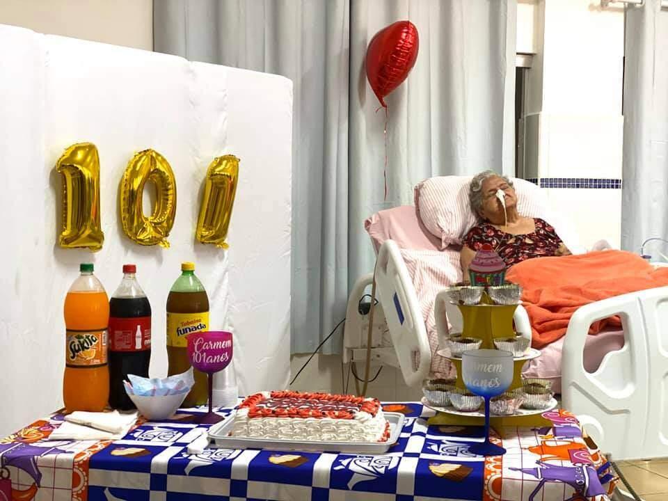 Festa de 101 anos da Carminha teve tudo o que não pode faltar em uma boa festa de aniversário. (Foto: Asilo São João Bosco)