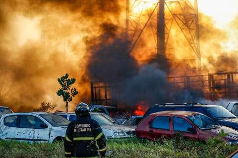 Pátio atingido por fogo tinha mais de 80 de veículos, a maioria foi destruída