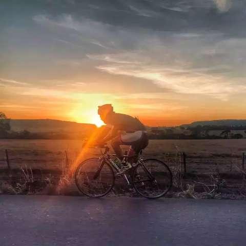 Filho pedala 1.500 km para levar cinzas do pai ao lugar de infância