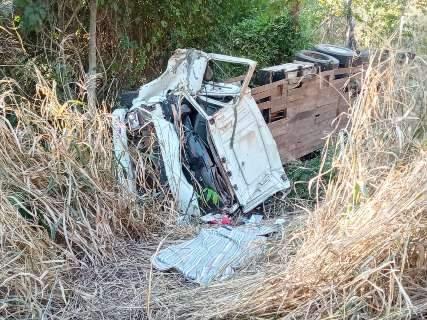 Caminhão tomba, uma pessoa morre e outra é socorrida em estado grave