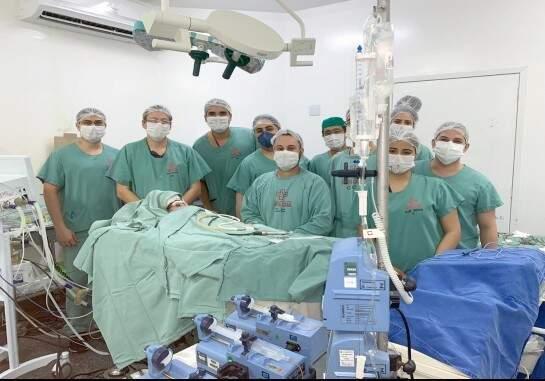 Equipe médica que realizou o procedimento. (Foto: Santa Casa)