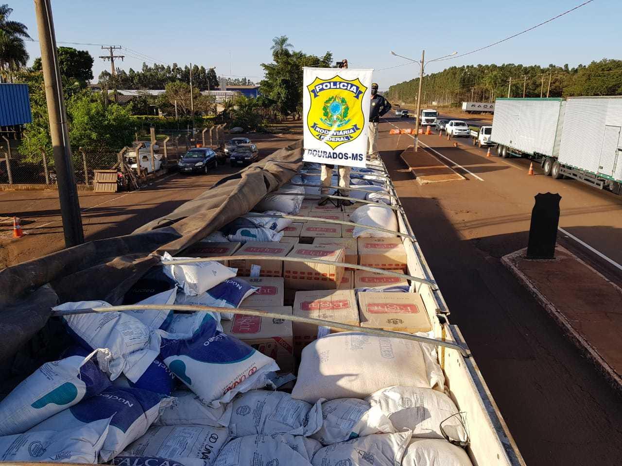 Sacos estavam por cima de 800 caixas de contrabando. (Foto: PRF)