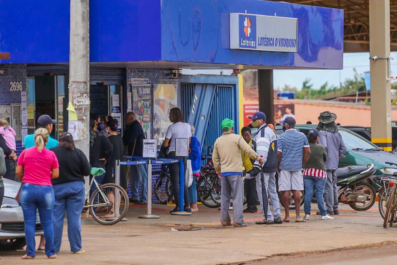 Apostadores aguardando atendimento em frente à lotérica da Capital. (Foto: Marcos Maluf)