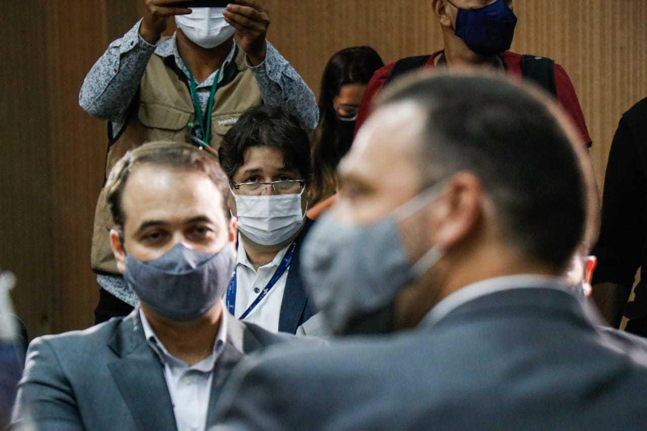 Ao fundo (de óculos), secretário de saúde, José Mauro Filho, observa alegações durante audiência. (Foto: Marcos Maluf)