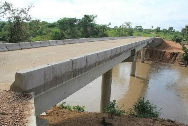 Ponte sobre o Rio Guaimbé, na cidade de Aral Moreira (Foto: Divulgação - Governo)