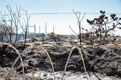 Quase 70 veículos foram destruídos em incêndio e fumaça continua em depósito