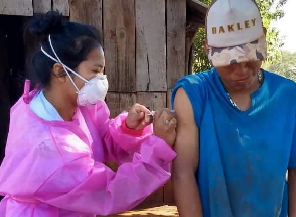 Docentes e alunos da UEMS reforçam vacinação contra influenza em aldeias