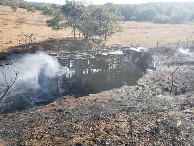 Ônibus que levava trabalhadores para usina fica carbonizado após acidente