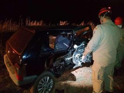 Colisão de veículos mata mulher e deixa 2 pessoas presas nas ferragens na MS-370
