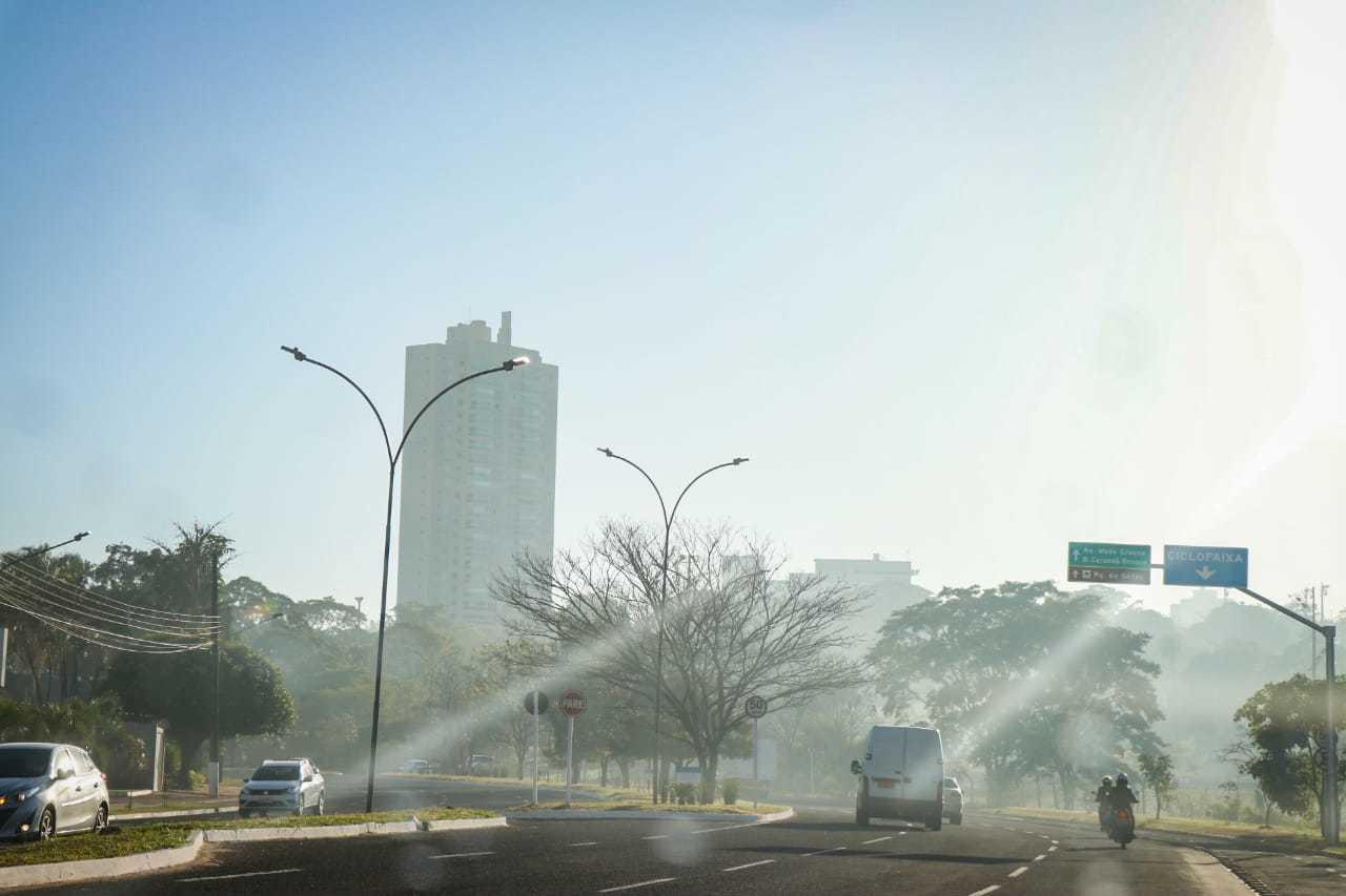Imagem na fumaça que encobre Campo Grande nesta manhã. (Foto: Henrique Kawaminami)