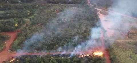 Do alto, cinegrafista registra área devastada por fogo no anel viário
