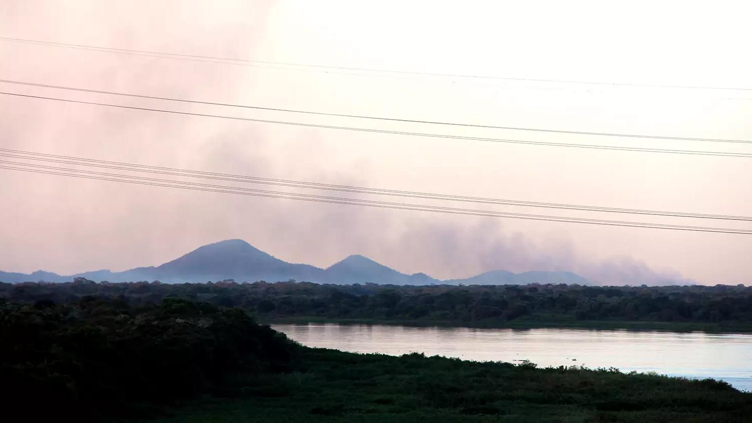 Fumaça do incêndio na Nhecolândia vista da ponte sobre o Rio Paraguai, na BR-262. (Foto: Sílvio de Andrade)