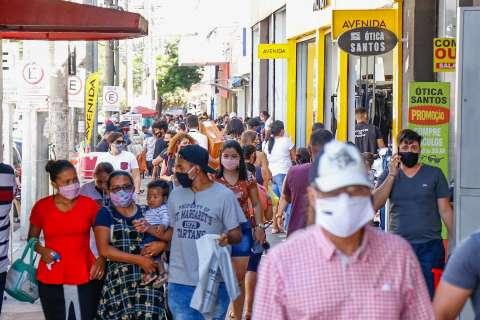 """População faz fila em lojas e Centro fica """"entupido"""" na véspera do Dia dos Pais"""