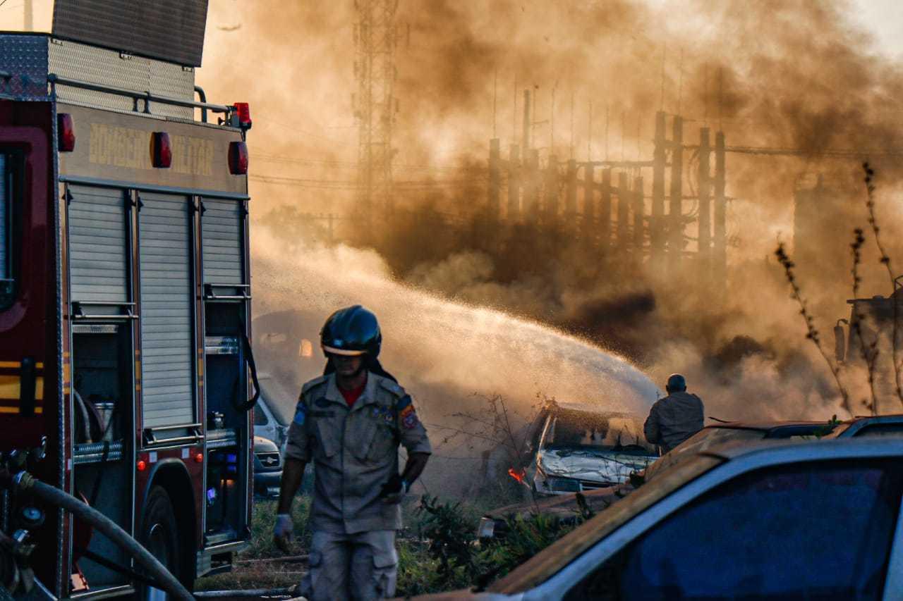 Incêndio destruiu veículos ontem, em pátio na saída para Terenos. (Foto: Henrique Kawaminami)
