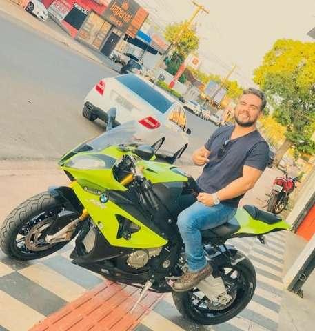 Jovem morre ao perder controle de moto e cair durante viagem entre amigos
