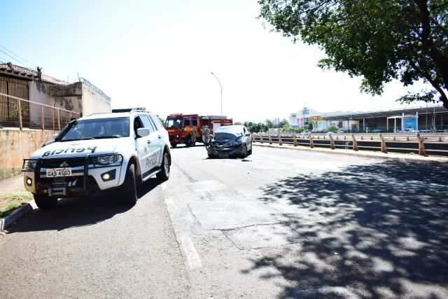 Homem fica ferido depois de colisão envolvendo viatura da Polícia Civil