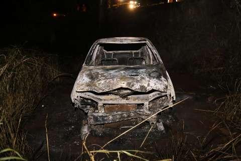 Veículo é destruído por incêndio perto da cachoeria do Céuzinho