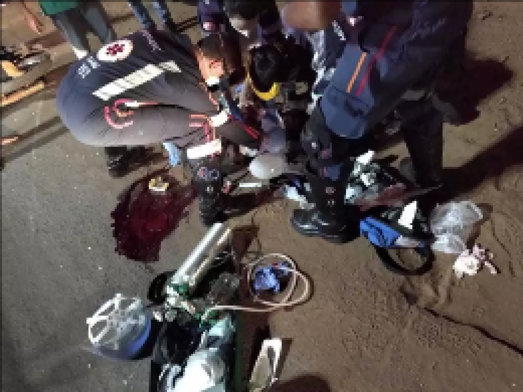Equipe do Samu durante atendimento da vítima (Foto: Direto das Ruas)
