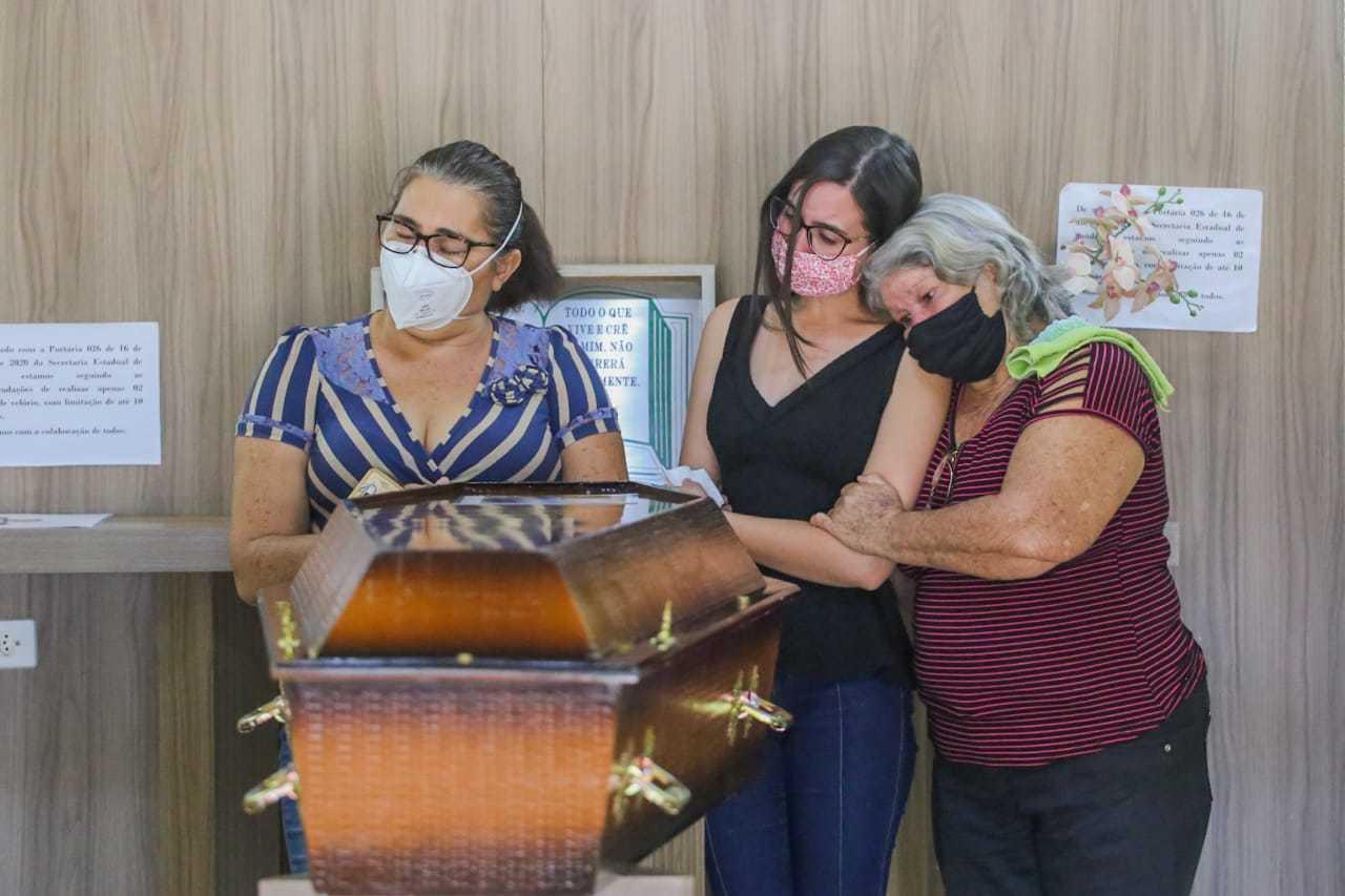 Família se despede de Claudionor Longo Xavier, em velório hoje, no Memorial Park (Foto: Marcos Maluf)