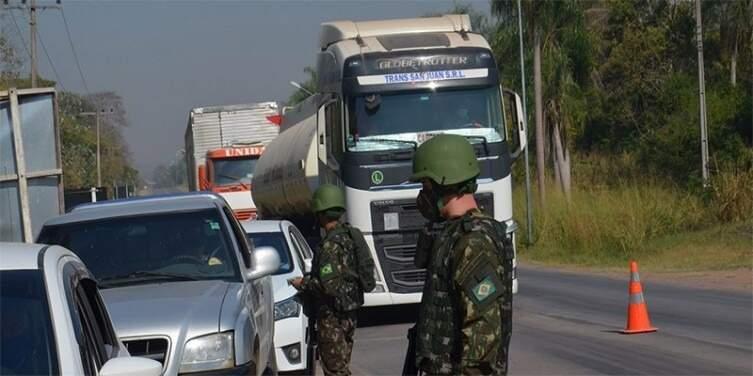 Militares registrados durante fiscalização na rodovia Ramão Gomes na fronteira com a Bolívia em Corumbá (Foto: Divulgação/Exército)