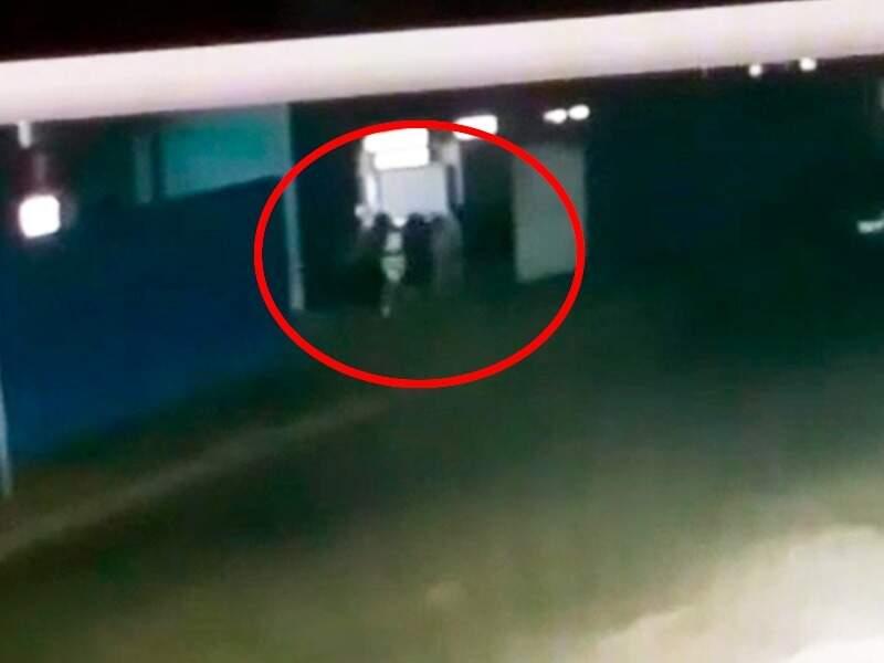 Vítima correu para portão de unidade de saúde e foi abordada ali (Foto: Reprodução)
