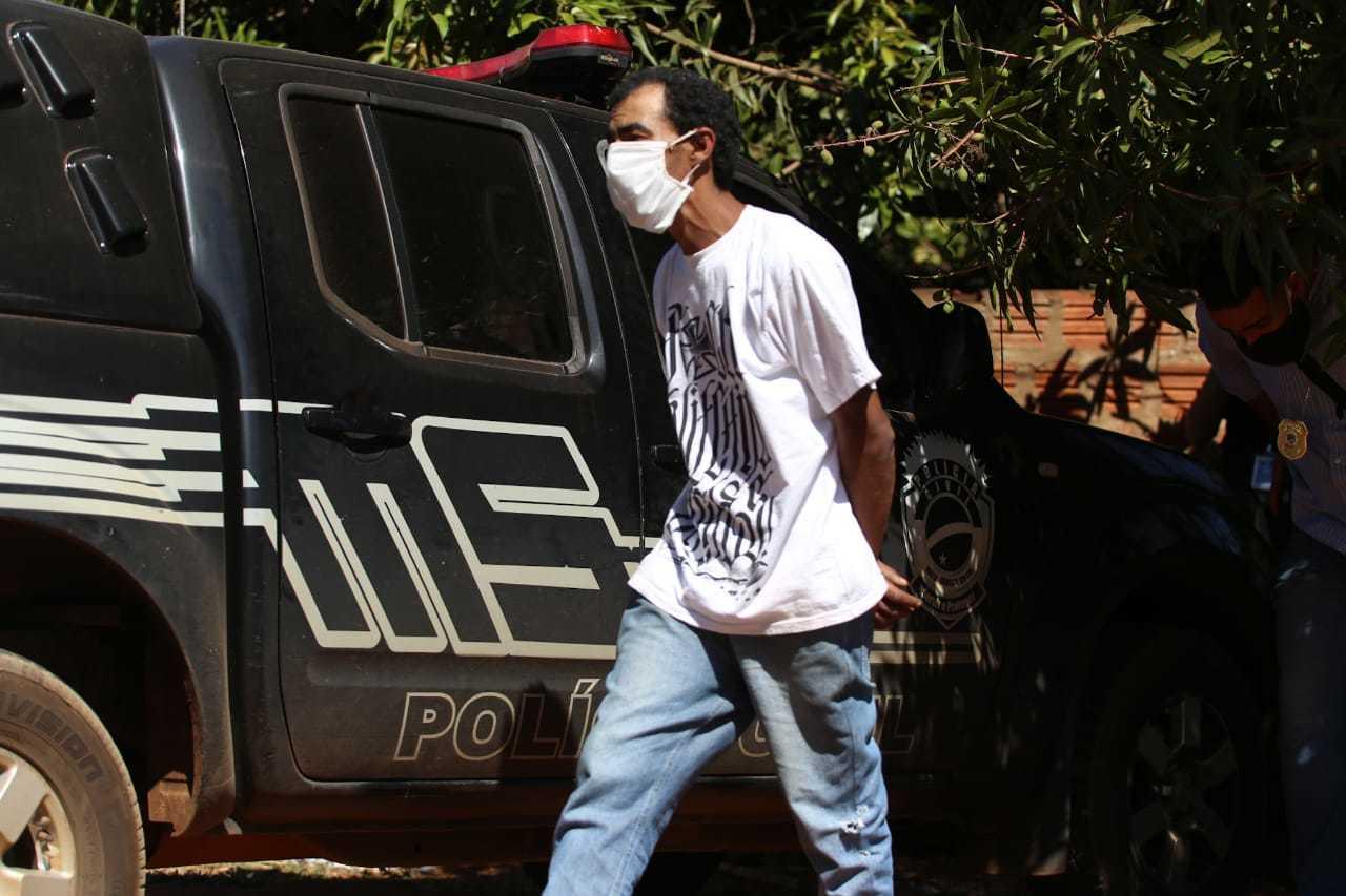 Luís Ricardo Ferreira dos Santos no local onde vendedor foi assassinado e teve corpo queimado (Foto: Marcos Maluf)