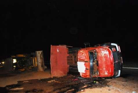 Caminhão que transportava retroescavadeira tomba na MS-338