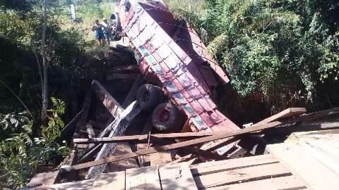 Produtor perde cerca de 10 toneladas de milho depois de caminhão cair de ponte