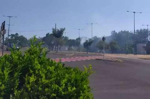Fogo que vai e volta em terreno na Orla Morena preocupa vizinhança