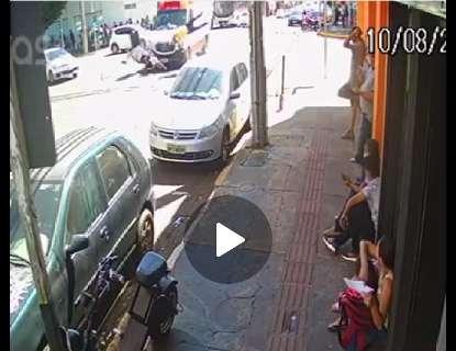 Motoentregador é lançado sobre ambulância após batida no Centro