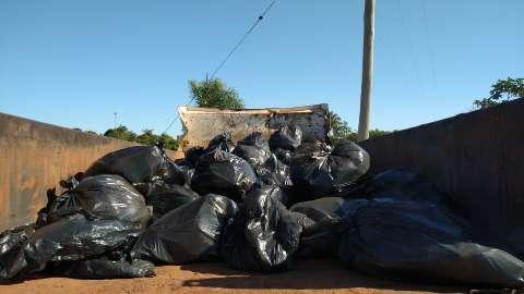 Prefeitura tira 13 caminhões de lixo acumulado em lagoa