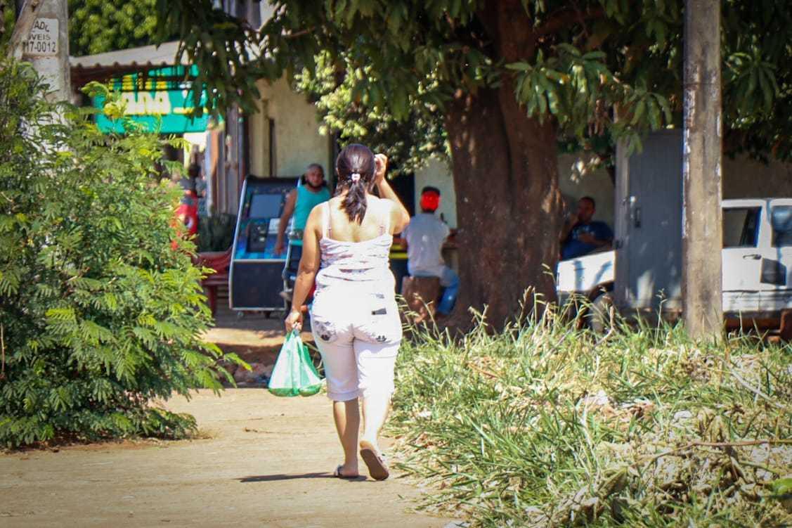 Na ruas do Nova Campo Grande não é difícil encontrar moradores nas ruas e em comércios da região; bairro tem uma das piores taxas de isolamento da cidade. (Foto: Henrique Kawaminami)