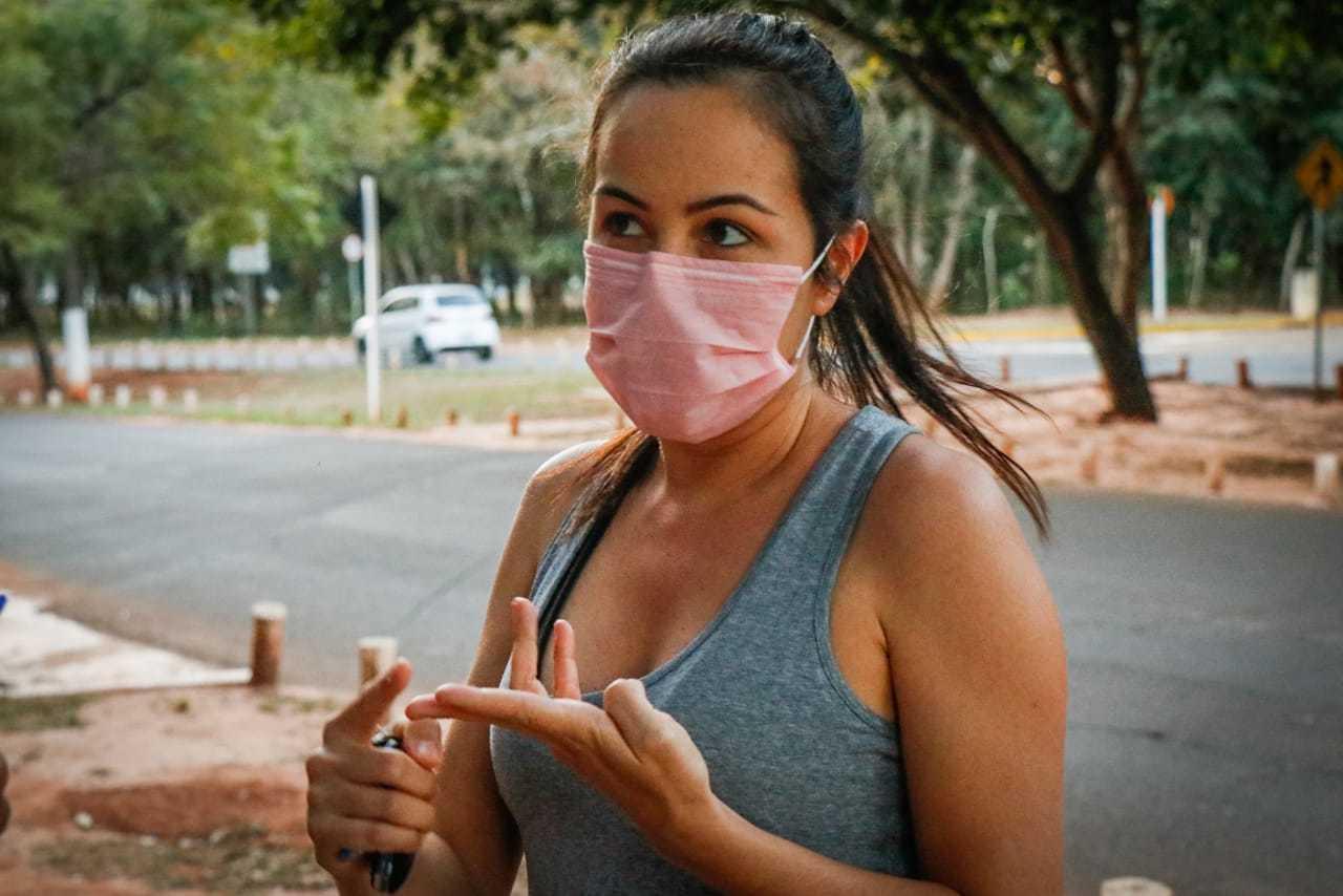 Priscila Guimarães, de 40 anos, largou academia e natação para caminhar mais vezes na semana no Parque dos Poderes (Foto: Henrique Kawaminami)