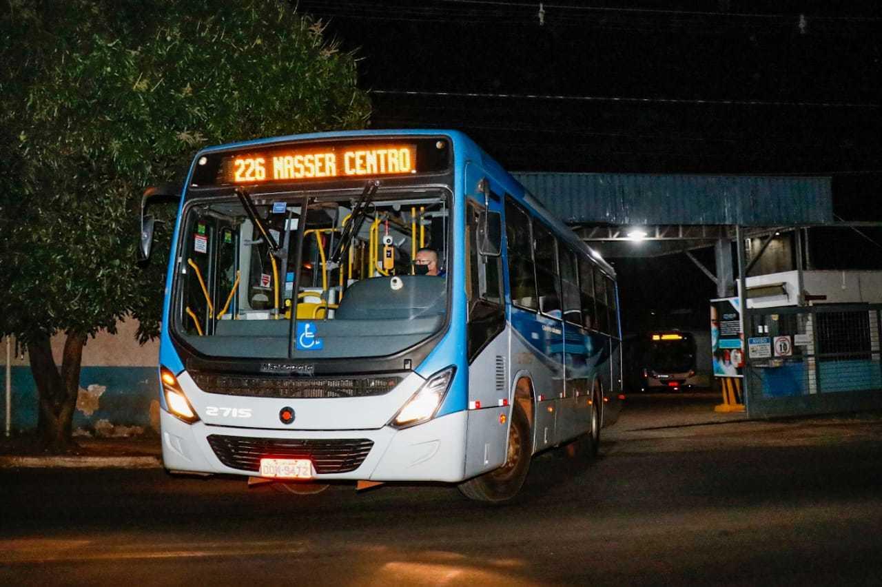 Ônibus do transporte coletivo de Campo Grande ao deixar garagem (Foto: Henrique Kawaminami/Arquivo)