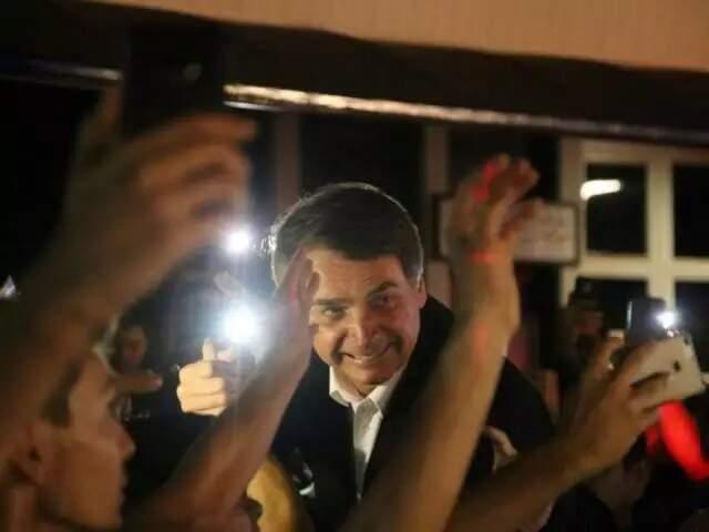 Jair Bolsonaro quando veio a Mato Grosso do Sul e foi recebido por multidão no Aeroporto Internacional de Campo Grande, em julho de 2017 (Foto: Alcides Neto/Arquivo Campo Grande News)