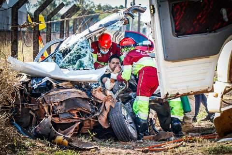 Acidente entre carro e caminhão-baú deixa motorista preso às ferragens
