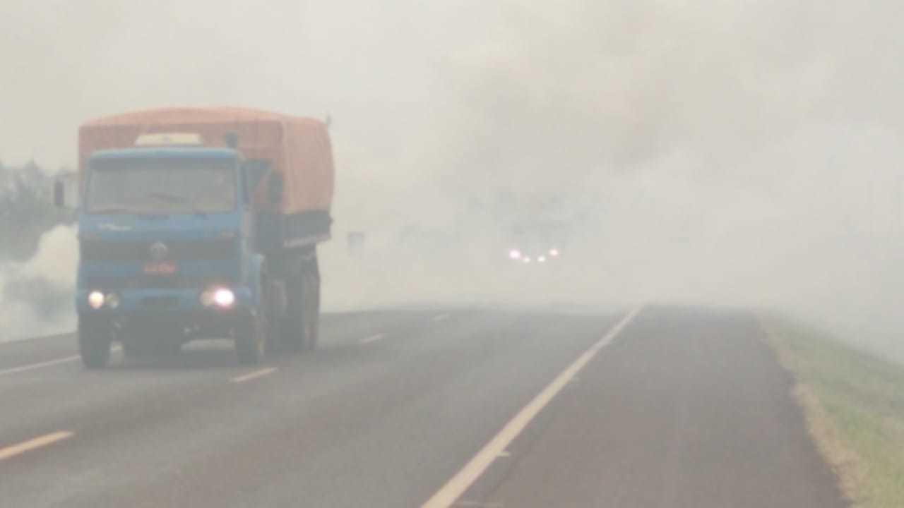 Fumace encobre trecho de rodovia em Ponta Porã. (Foto: Ademir Almeida)