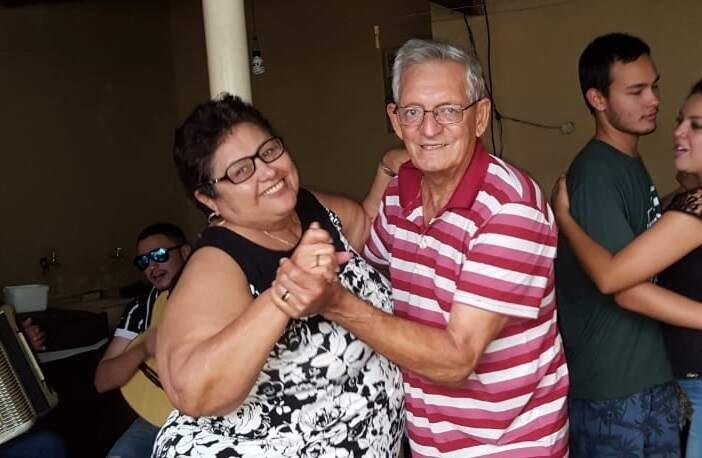 Dançando e animados, eram assim os finais de semana de João e Francisca. (Foto: Arquivo da Família)